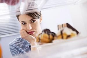 donna-che-guarda-dolci