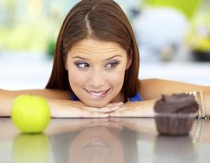 donna-decide-tra-un-cibo-sano-ed-un-dolce.600x420.30163